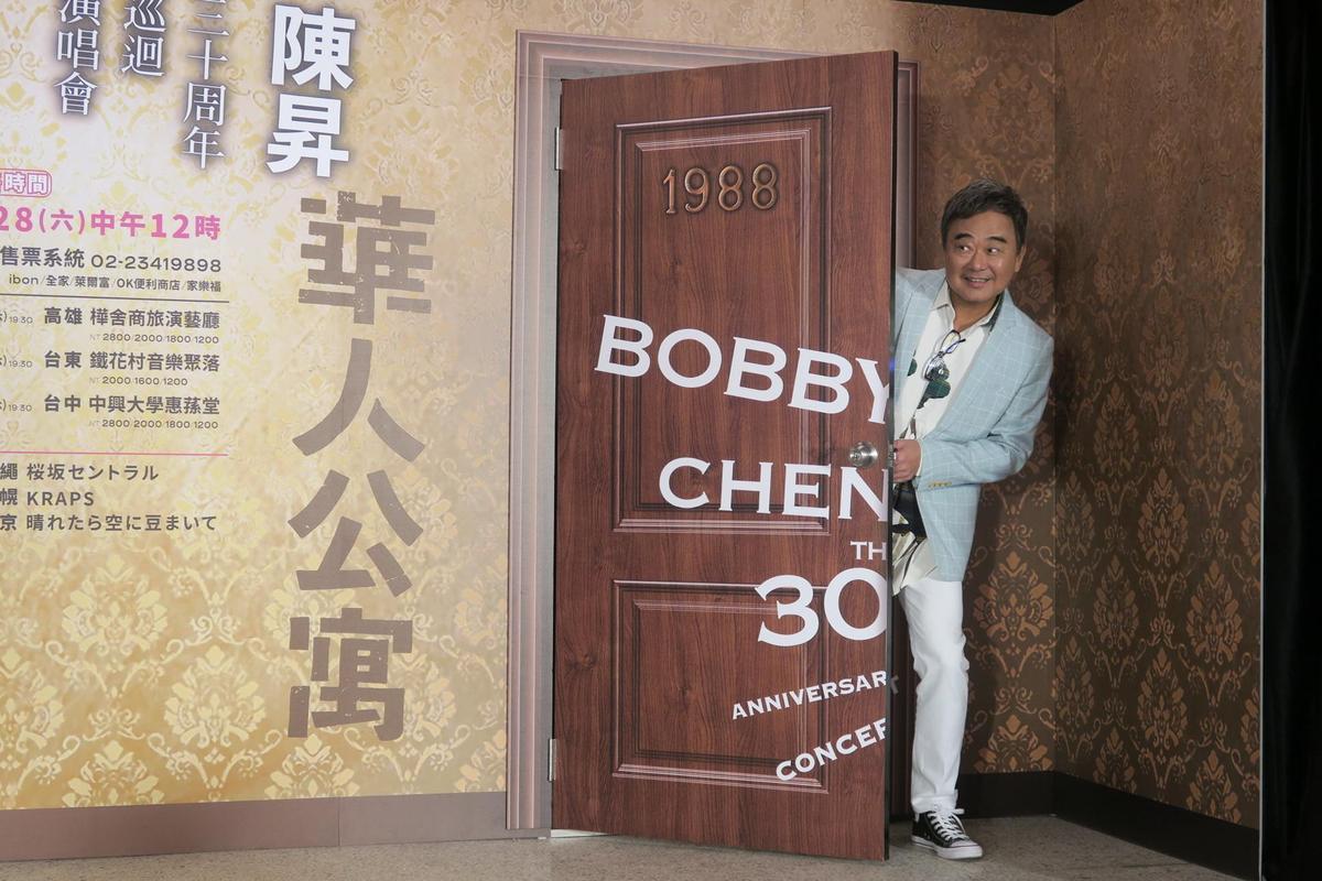 演唱會取名「華人公寓」,陳昇透露靈感來自北海道函館的公墓,自己身體裡是記憶著愛恨情仇的公寓,想聽什麼就拿出來聽。(新樂園製作提供)