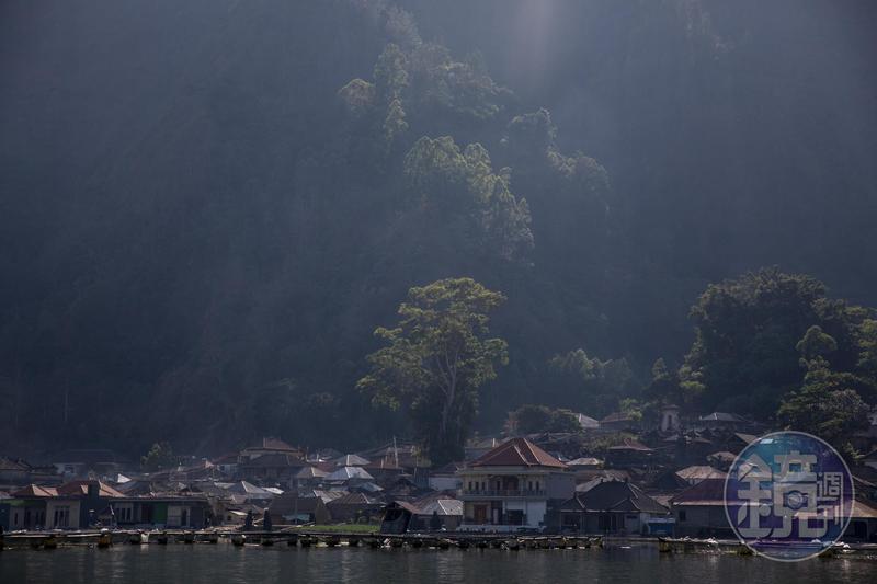在山腳下的天葬村,沒有任何陸路可以前往。