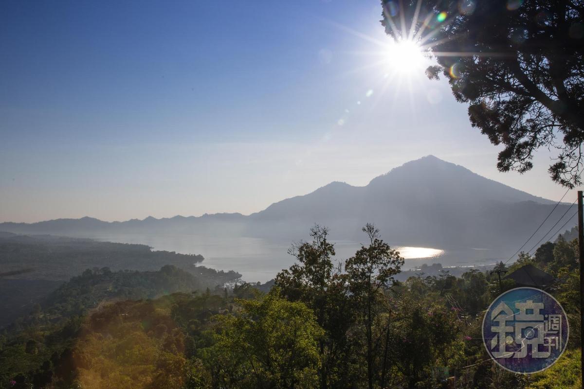 進入天葬村前,從遠方看Batur火山與湖,美麗而平靜。