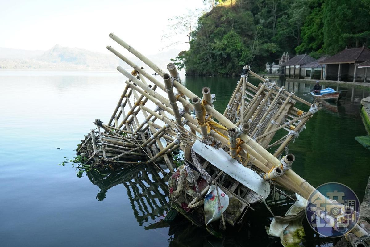 水上漂浮的竹架,是用來抬大體使用。使用完就放置於水面,讓其自然腐朽。