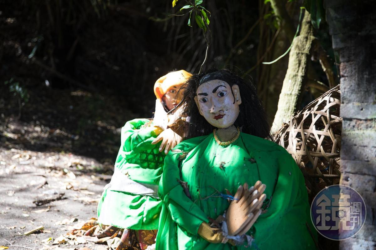門口以竹編成的人像,穿著峇里島傳統服飾,象徵歡迎,歡迎大體歸來。