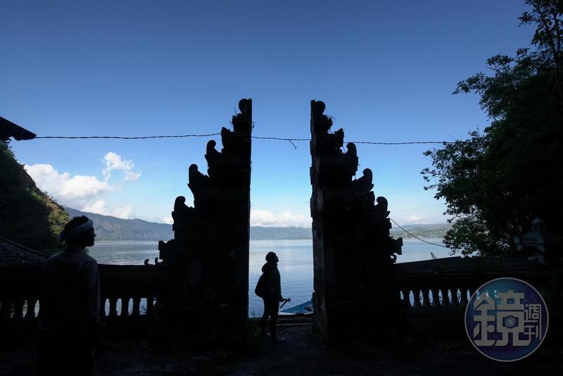 進入墓園前先至寺廟參拜,寺廟的入口是一分為二的天堂門,象徵神聖與俗世的世界。