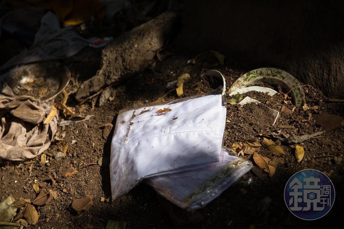 墓園旁可見往生者的衣物散落。