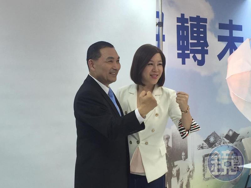 新北市議員劉美芳換上招牌「戰服」與侯友宜合照。