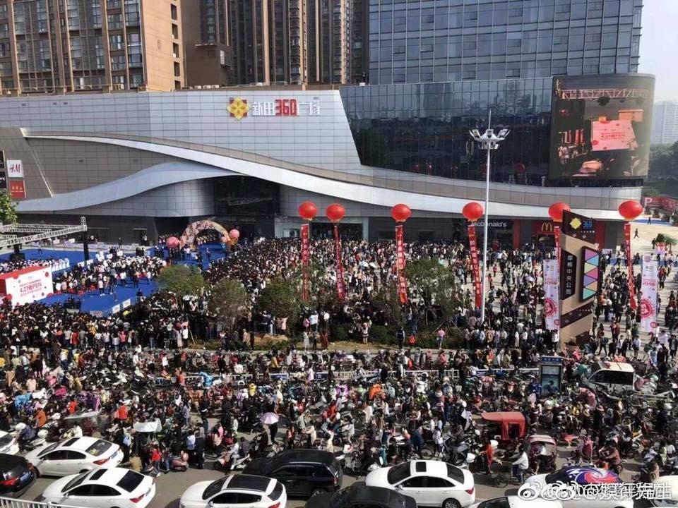 林志穎在河南南陽的發片宣傳,粉絲爆增令場面一度失控。(林志穎臉書)
