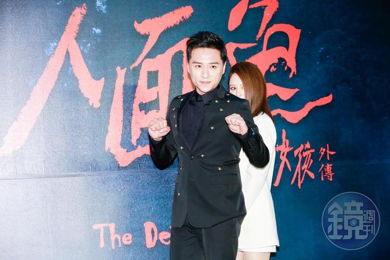 徐若瑄在鄭人碩拍照時亂入當背後靈,表情也超陰森的。