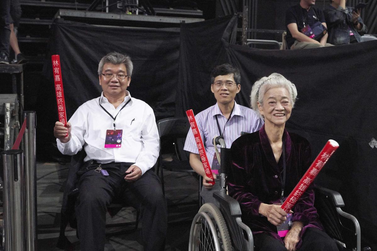 林宥嘉的阿嬤(右)、爸爸(左)及親戚一起看演唱會。(華研提供)