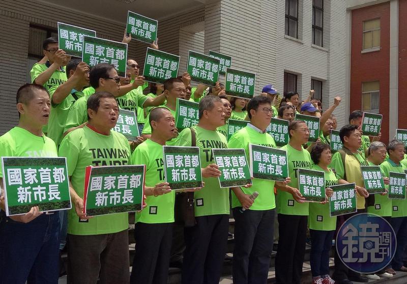 民進黨立委姚文智(前排左5)今號召超過50位北市里長力挺他參選台北市長。