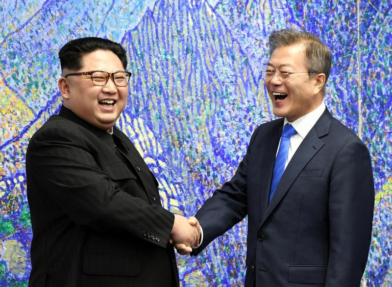 當地時間2018年4月27日,韓國總統文在寅和朝鮮國務委員會委員長金正恩在板門店韓方一側的和平之家舉行會談。(東方IC)
