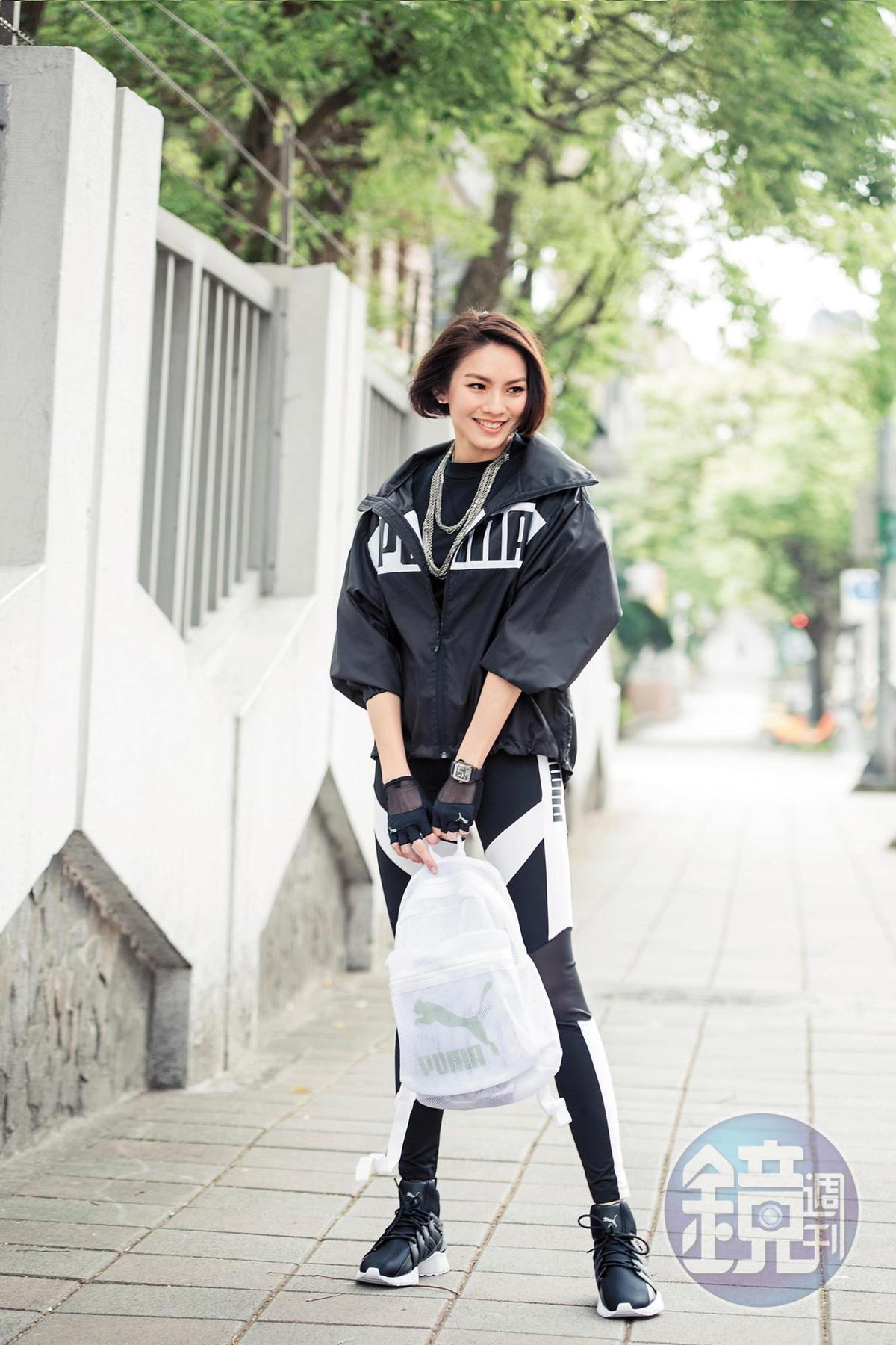 PUMA黑色logo外套。NT$2,480/PUMA黑色上衣。NT$1,280/PUMA黑白運動leggings。NT$1,480/PUMA白色後背包。NT$1,380/PUMA黑色球鞋。NT$3,980。