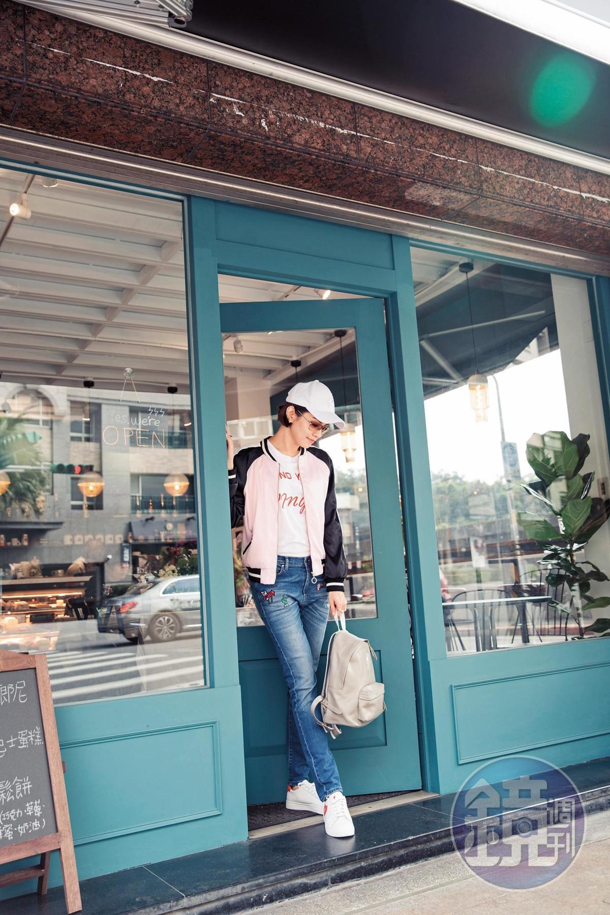 ZFASHIONASIA白色T-Shirt。NT$3,280/ZFASHIONASIA粉色棒球外套。NT$15,580/MIRA MIKATI丹寧長褲。約NT$15,000/ZFASHIONASIA白色棒球帽。NT$1,780/ZFASHIONASIA白色球鞋。NT$6,980。