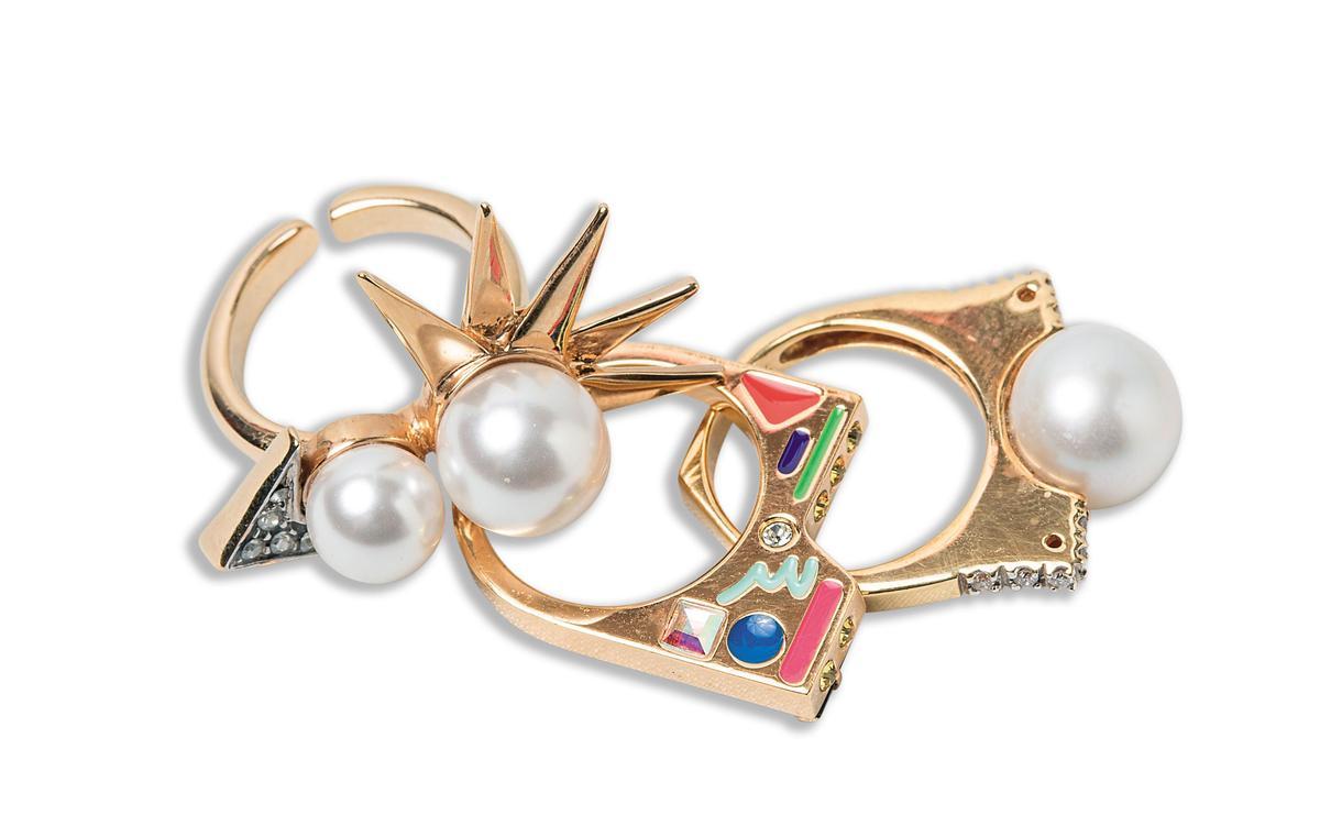 Shields雙珍珠造型戒指。NT$3,780 Maria Francesca Pepe立體造型戒指。NT$8,380 泰國買的大顆珍珠戒指。約NT$20,000