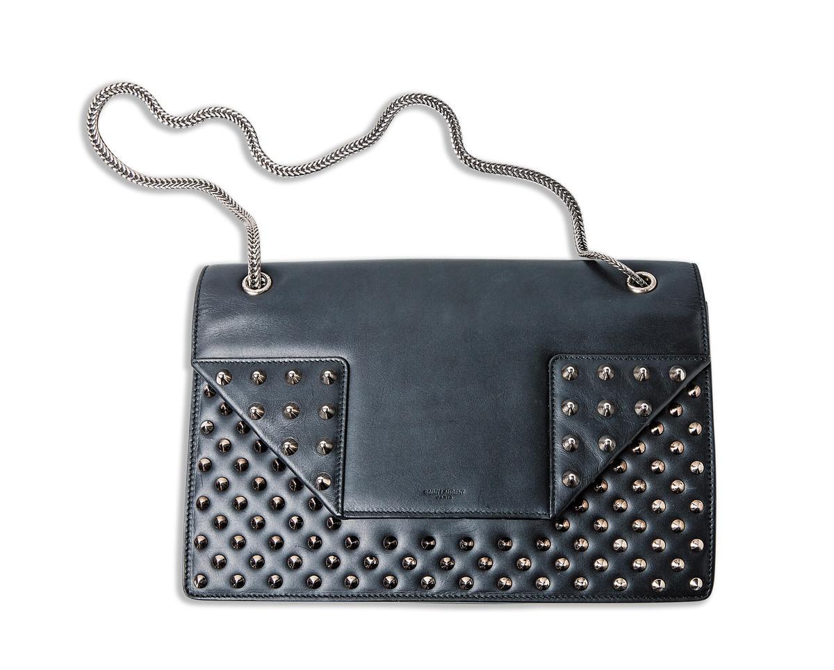 SAINT LAURENT 鉚釘裝飾鍊帶包。約NT$70,000