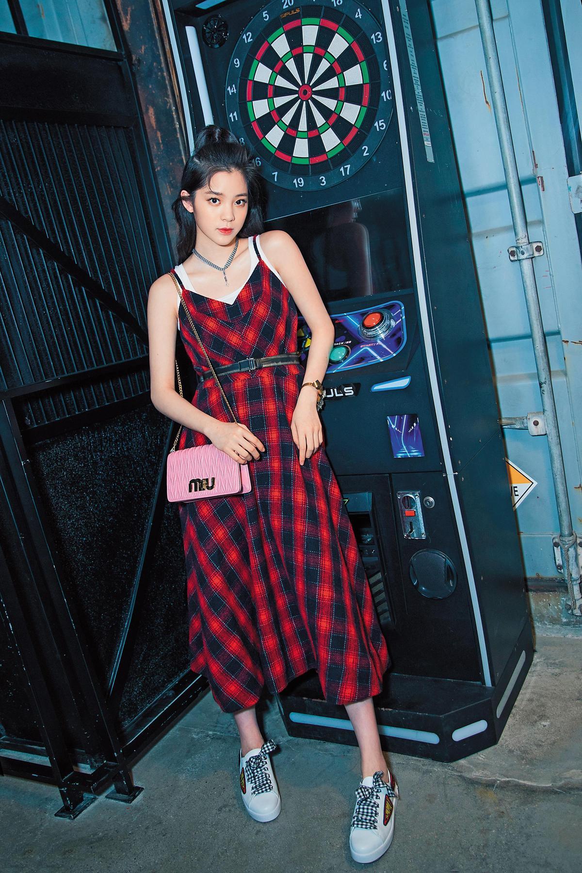 歐陽娜娜在南京出席Miu Miu Disco限時店開幕酒會的少女娜娜,細肩帶的紅黑格紋長洋裝上,繫著黑色的細腰帶,寬鬆的洋裝立刻被束出腰身,慵懶氣息也瞬間俐落起來。