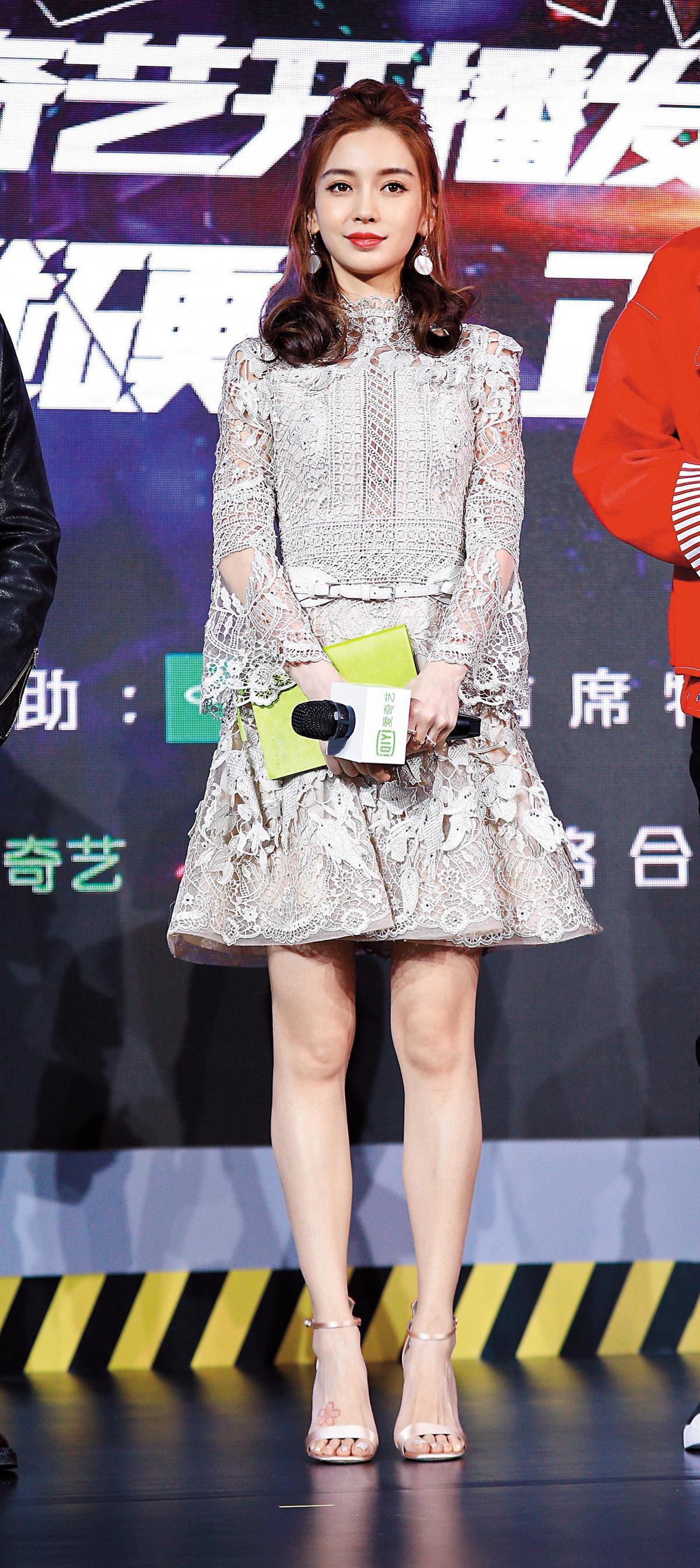 在北京的網路綜藝節目《機器人爭霸》開播發布會上,Angelababy的蕾絲刺繡洋裝好有氣質啊!充滿浪漫的女性風格中,加上同色系腰帶,更顯得女人味十足。(東方IC)