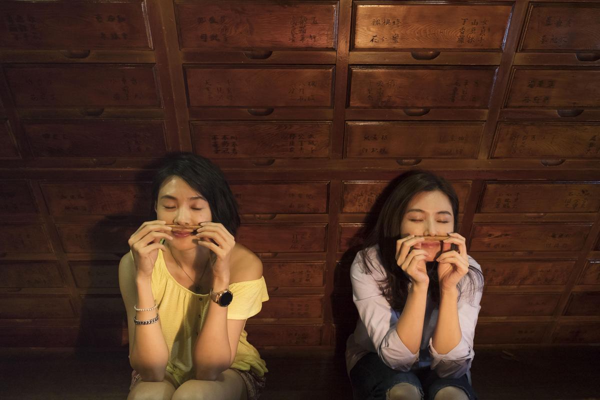 陳怡蓉(右)懷孕期間正在趕拍《雙城故事》,拍戲時曾不小心跌倒擦傷膝蓋,幸好沒動到胎氣。(青睞影視提供)