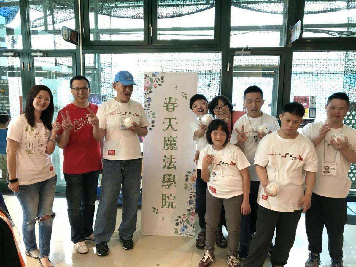 大魯閣棒壘球打擊場總經理許俊麒(左二)《一間二顧》執行長謝奐儀(左一)與樂山教養院院生合影