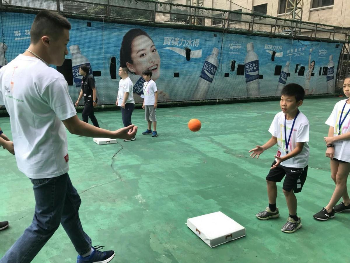 大魯閣透過有趣的『樂樂棒球』,打破孩童們的陌生及初見面的尷尬,學習團隊合作精神