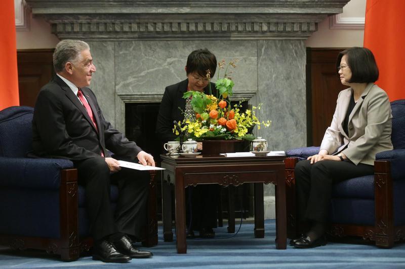 圖為去年7月多明尼加共和國新任駐華特命全權大使索托閣下呈遞到任國書,與總統蔡英文(右)相互交流。(總統府提供)