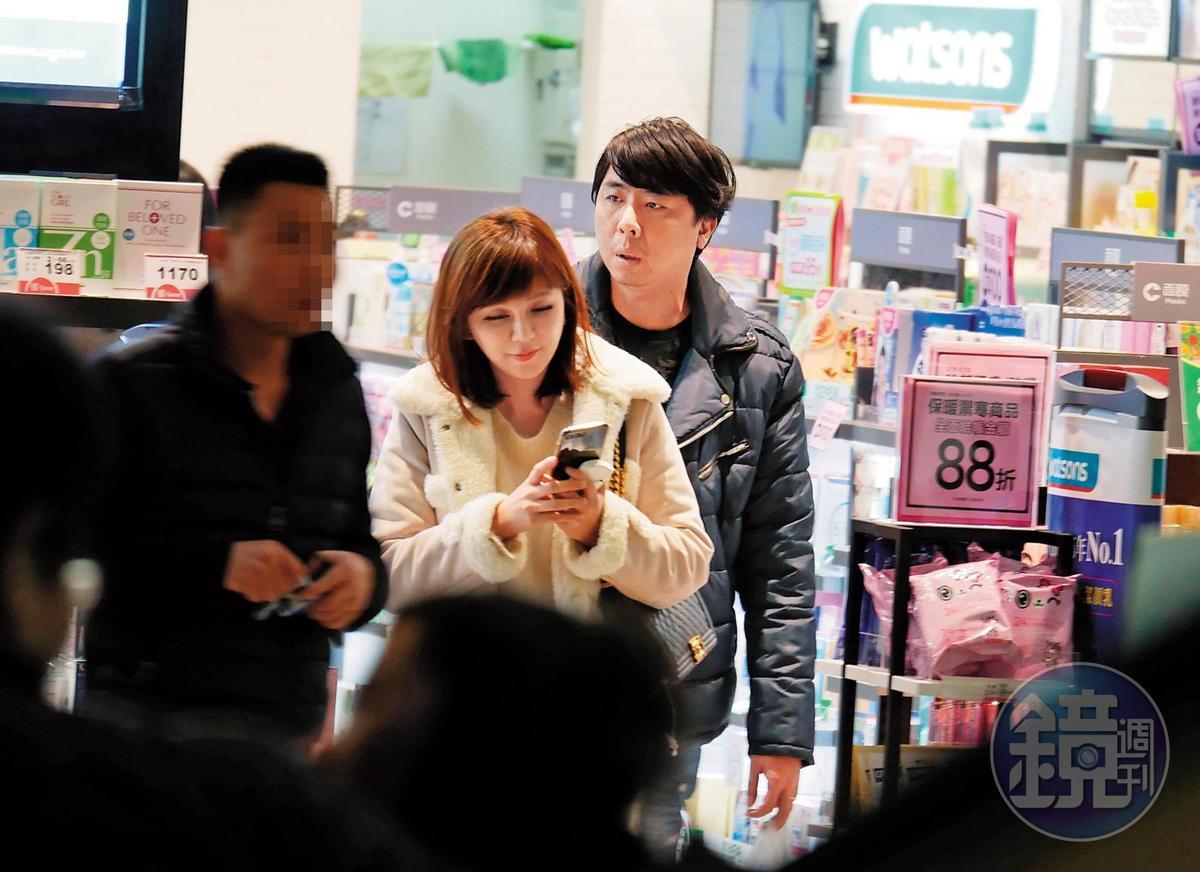 去年2月情人節前夕, 梁赫群與Stacey去信 義威秀看電影,Stacey一直看手機回訊息,梁則跟在後面。
