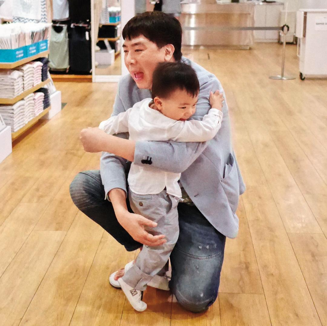 梁赫群雖然私下常臭臉,但面對兒子總是充滿慈父光輝。(翻攝自梁赫群IG)