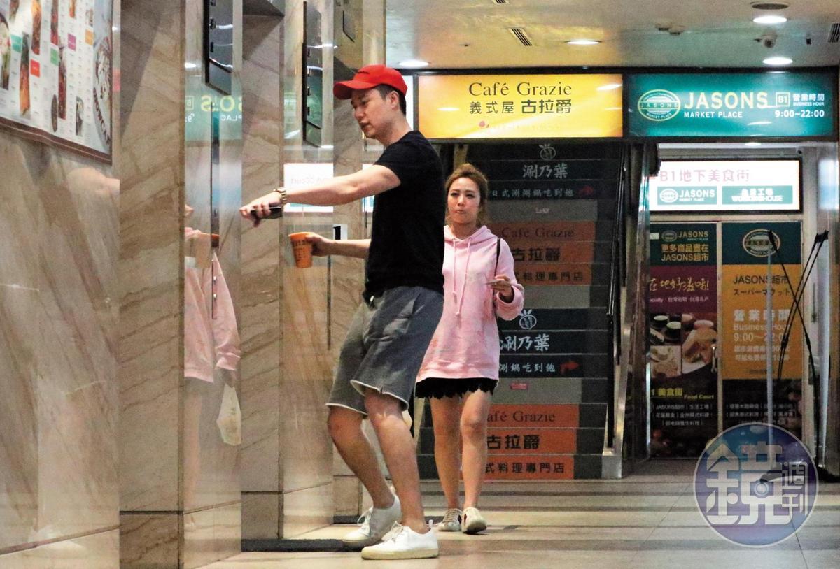 04/02 21:24 「這群人」的鄭茵聲(右)新歡報到,是一名長相有些王力宏風味的男子,據查,他是演員劉書宏。兩人進行了一場晚上電影約會。