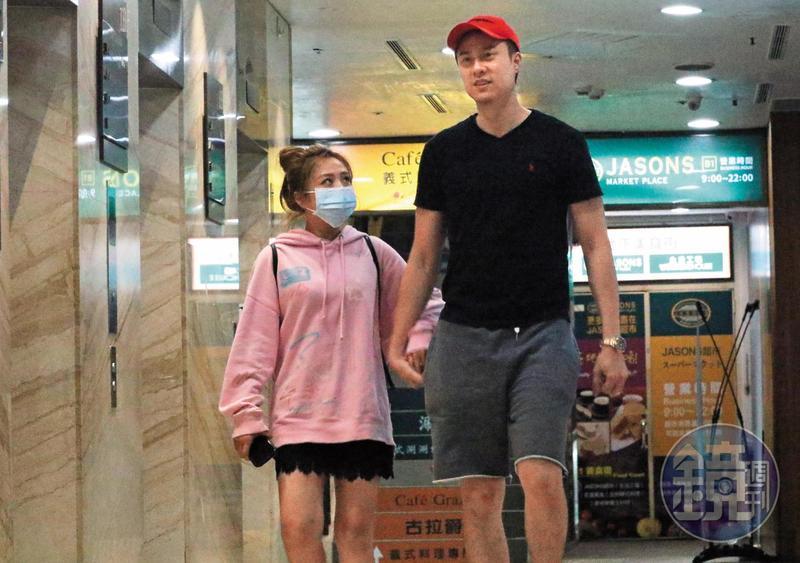 04/02 23:12 看完電影之後,茵聲戴上了口罩跟劉書宏狀似親暱地走出戲院。