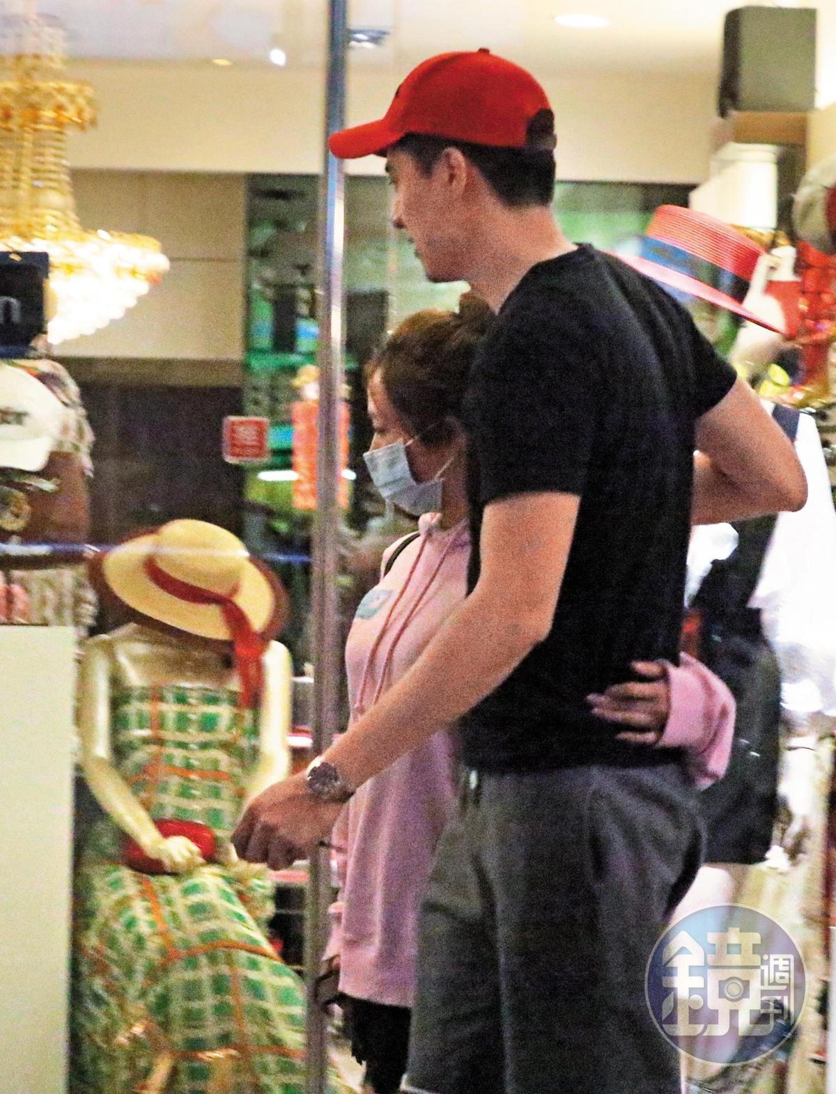 04/02 23:18 茵聲(左)跟劉書宏看完電影後跑去逛逛,肉體距離非常緊密。