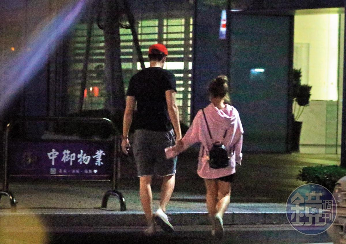 23:20 除了摟腰跟「插背」,茵聲和劉書宏還手牽手,肢體動作就是戀人的行徑無誤。