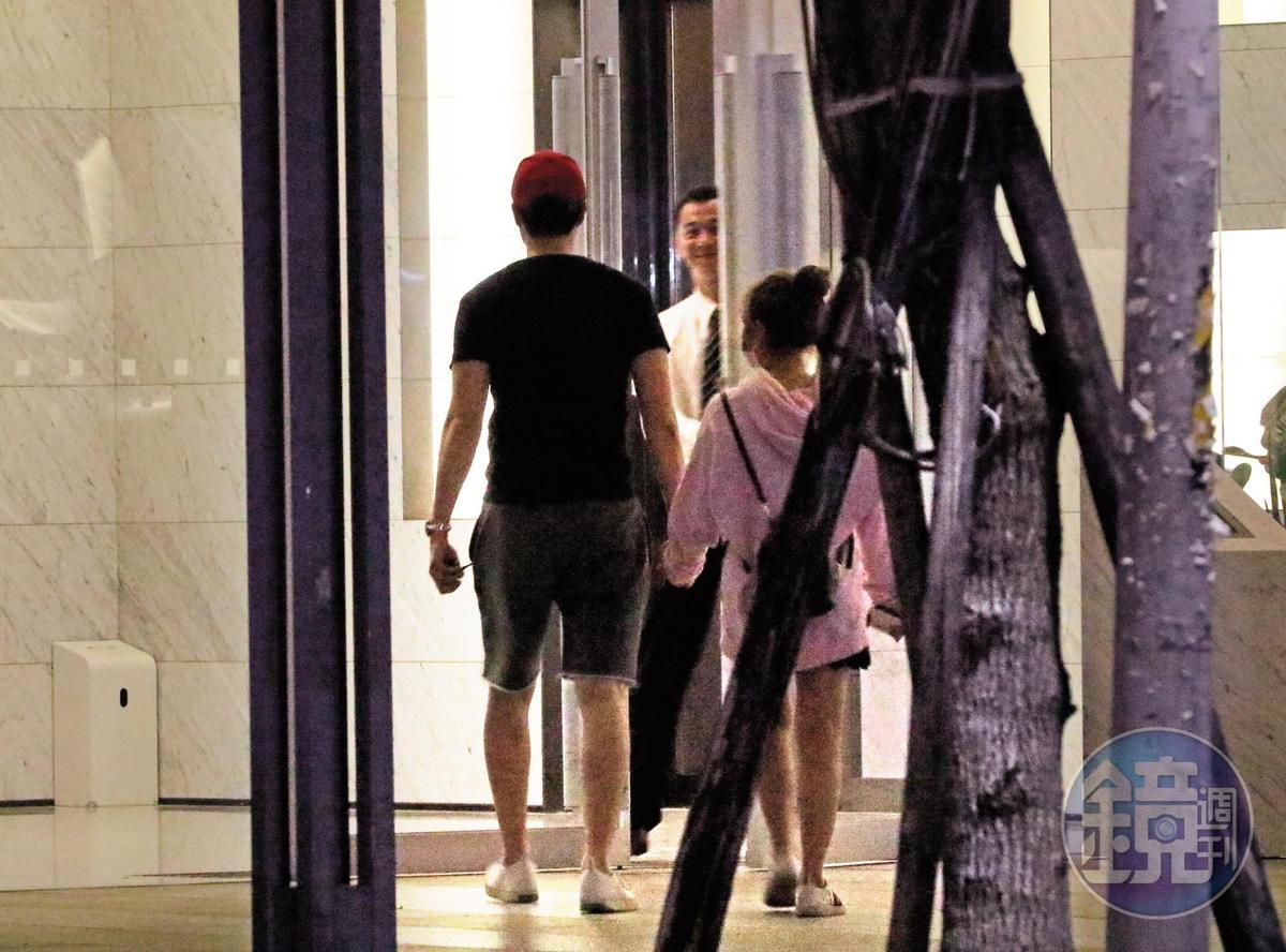 茵聲(右)跟劉書宏(左)進了男生家,接著就再也沒出來過了。因為劉是水餃名店之後,劉家看來頗為豪華。