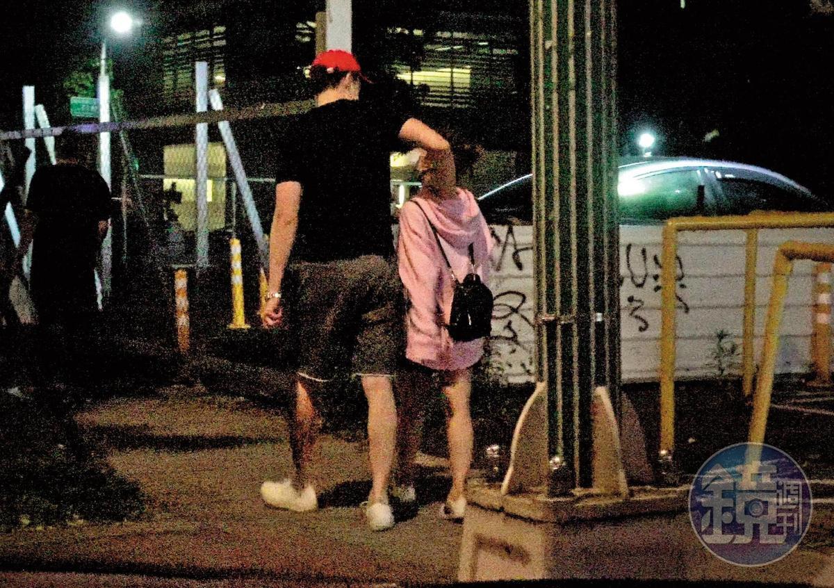 04/02 23:19 茵聲(右)跟劉書宏走在一起的時候,小手摟著劉書宏的腰。