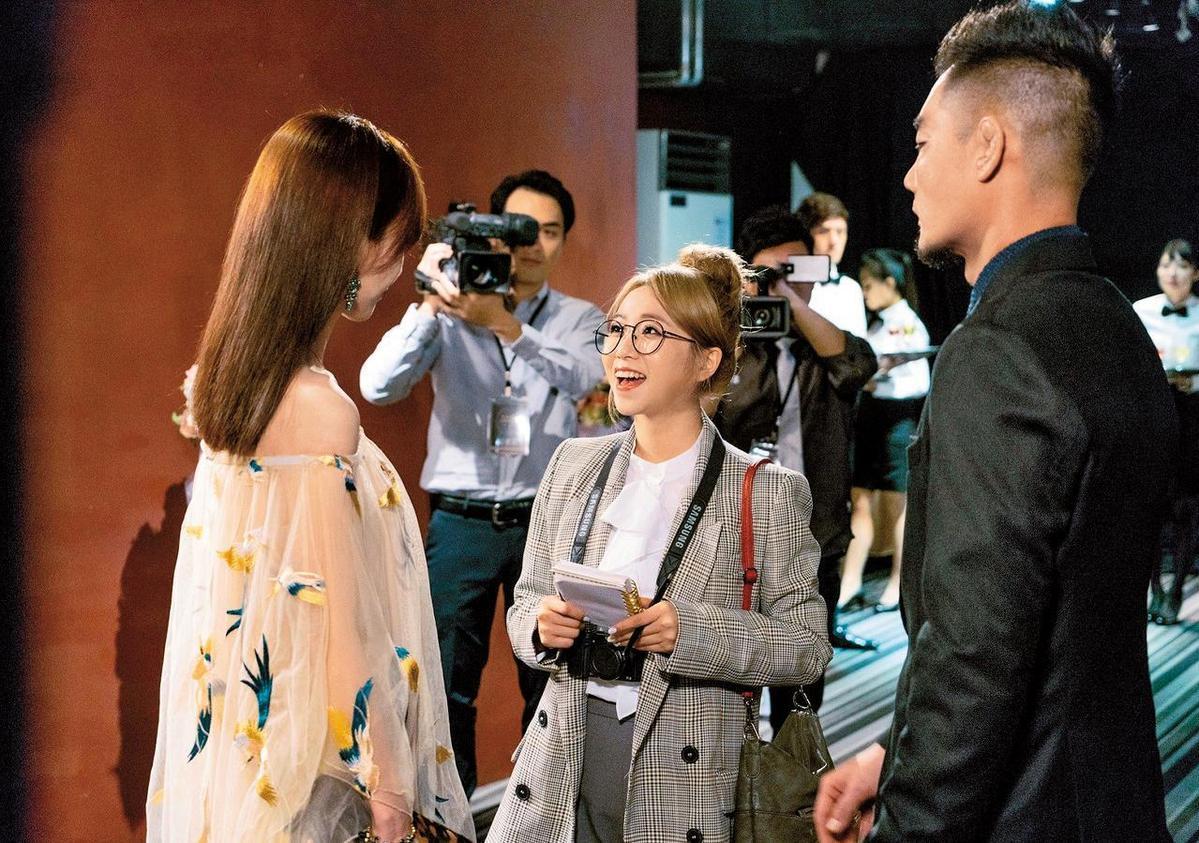 之前茵聲(中)跑去客串《獅子王強大》,等於是跟劉書宏另類同戲,她跟周曉涵(左)則因2年前《我和我的十七歲》結為好友。(東森提供)