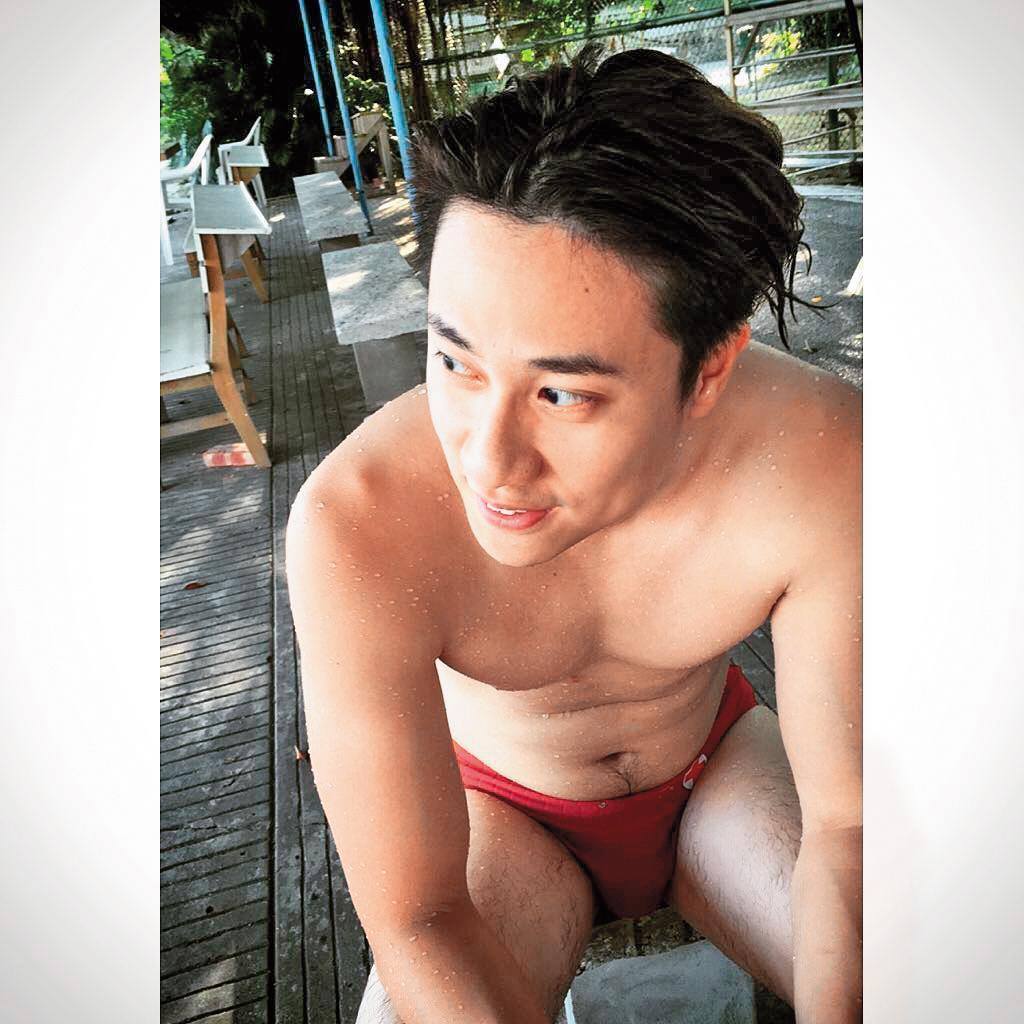 除了水餃、演戲,劉書宏也因身上的肌肉而時常上網賣肌,有些尺度只有1件小褲褲而已。(翻攝自劉書宏IG)