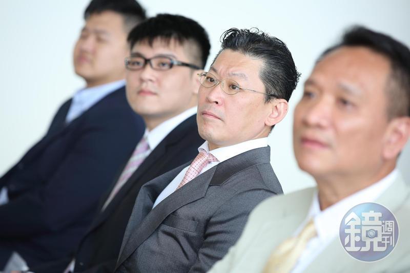 林鴻南(右2)一統宏泰集團金融、建設事業,全面接班的他一改過去低調作風,逐步向外界展示強烈企圖心。