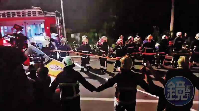 聽聞有6名同仁被機具壓住,現場消防員仍自告奮勇前往搶救,更手拉手為救護車開路,期望能為弟兄爭取搶救時間。