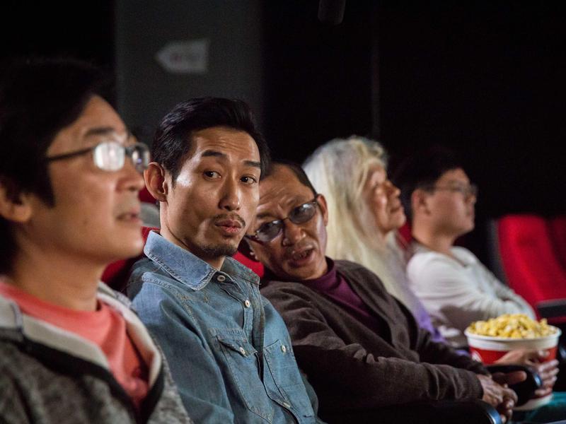 陳竹昇(左二)與莊益增(右二)在形象廣告扮演喋喋不休的電影觀眾,誰知旁邊坐著魏德聖導演(左一)。(台北電影節提供)