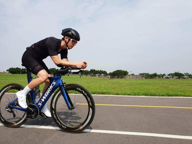 一邊準備新專輯,陳勢安也騎腳踏車鍛練體力。(Legacy提供)
