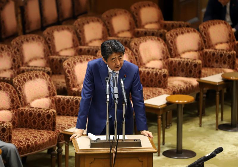 內閣醜聞不斷,日本首相安倍面臨執政危機。(東方IC)