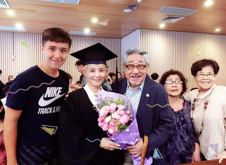 李明依於神學院畢業時,孫越還現身畢業典禮為她開心。(翻攝自李明依臉書)