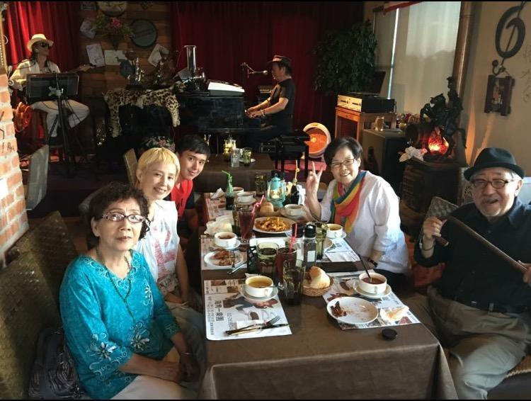 李明依與孫越兩家人感情很好,經常一起聚餐同樂。(翻攝自李明依臉書)