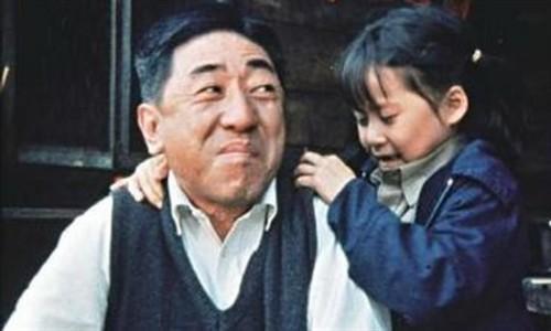 孫越影壇的代表作毫無疑問是《搭錯車》,「啞叔」苦心拉拔女兒長大,最後在女兒功成名就後卻溘然長逝的劇情不知逼哭多少人。
