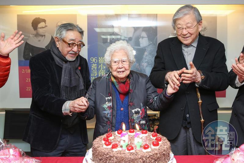 面對老友辭世,李行(右)說孫越(左)是個隨和的人,和銀幕反派形象是兩樣情,圖為2017年李行、孫越為資深演員崔小萍慶生。