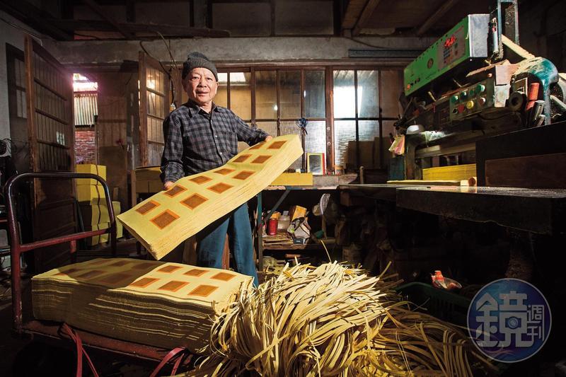 87年老店傳到第三代陳坤輝,他不求量大,只想專心走好量少質精的路線,繼續傳承手工金紙的文化。