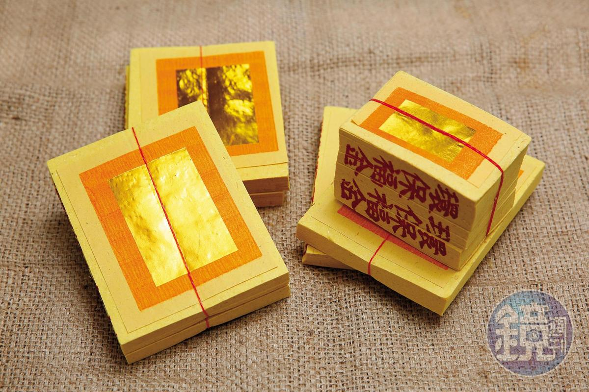 福金(右)側面印有福字,上為金色錫箔,祭祀對象為神明;刈金(左)側面印有刈金的紅章,上為金色錫箔,祭祀對象神明或祖先。