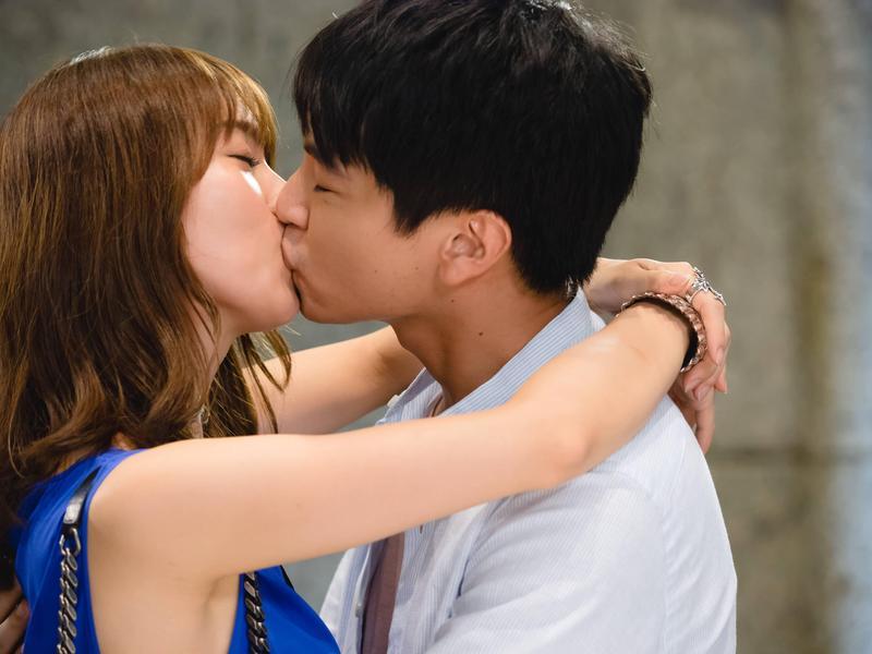 楊銘威與池端玲名在《台妹向前衝》有吻戲。(緯來提供)