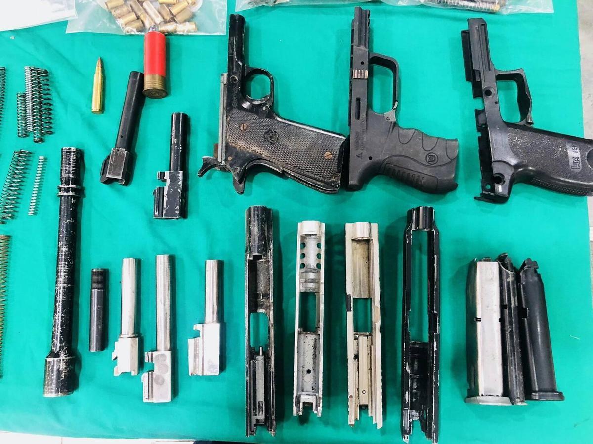 警方搜索潘嫌檳榔園,搜出大批改造工具及槍枝零組件。(警方提供)