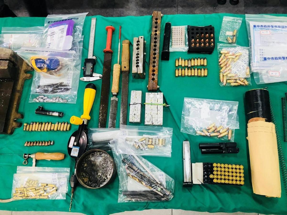 潘嫌的地下兵工廠各種工具、零組件一應俱全。(警方提供)