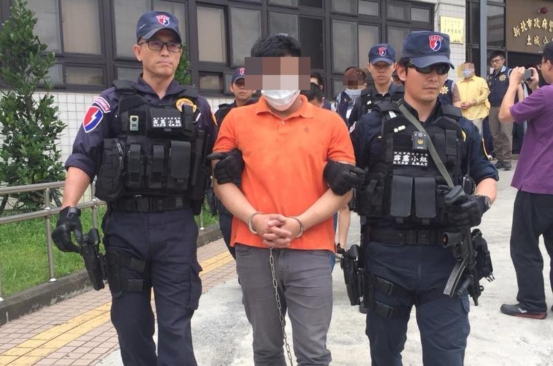 竹聯幫的戴嫌涉嫌恐嚇強押被害人。(刑事局提供)