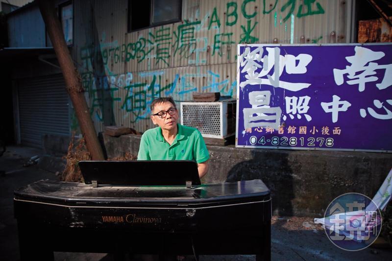 彈著媽媽送的鋼琴,謝錦江唱起給媽媽的歌:「不敢哭出聲,真久沒聽阿母叫我的名。」
