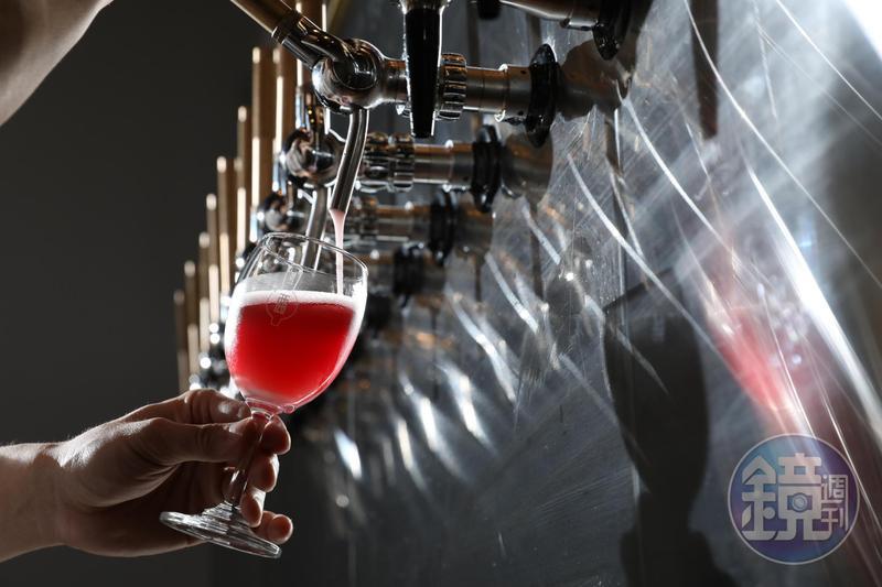 調酒以On Tap方式汲取,不用幾秒,調酒就能到你手中。「Champagne Cobbler」將草莓風味封入糖裡,混合波特酒、義大利氣泡酒,酸甜清爽宜人。(200元/杯)